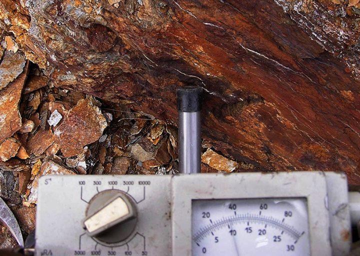 Показания полевого геологического радиометра на рудопроявлении урана