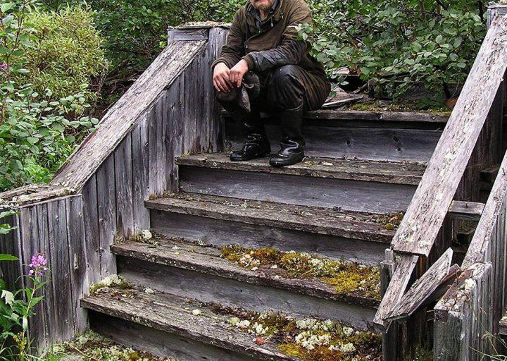 И.Г.Перминов на крыльце дома управления лагеря