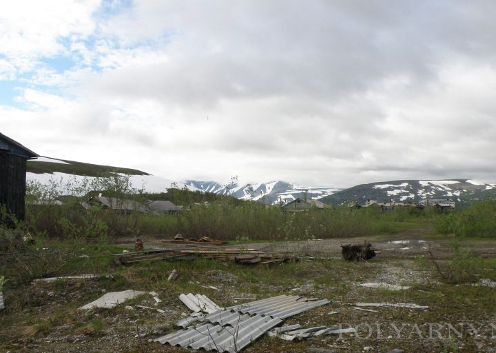 Вид с дороги от контор на Медвежье