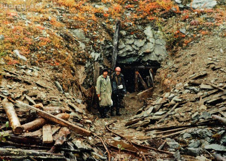 В.Дзюбак и И.Перминов у расчищенного портала штольни №2