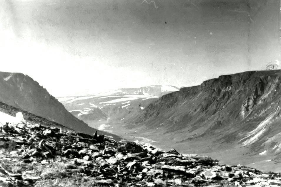 Верховья реки Немурюган. Фото Афанасьева из отчета. Справа на склоне Мраморный Замок