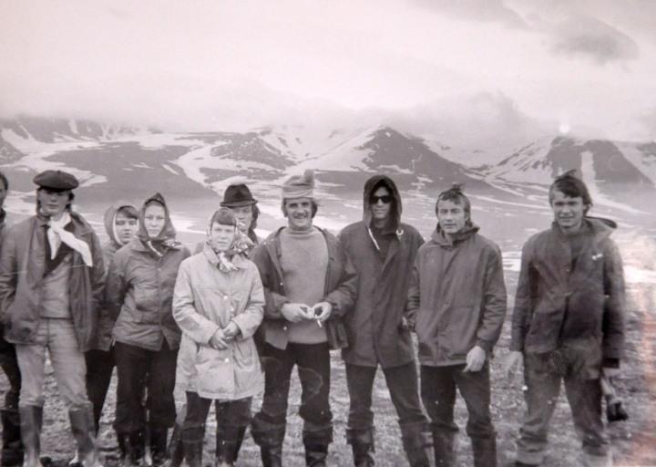 Группа студентов геофака ТИИ в окрестностях п. Полярный. 1975 г.
