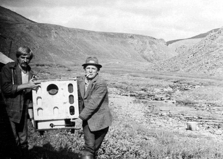 Студент Саня Шишалов и нач. отряда Брагин П.Е. несут печку Алмаатинку. 1976 г.