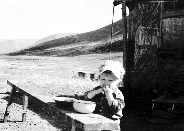 У гляциологов. Девочка, дочька поварихи. 1976 г.