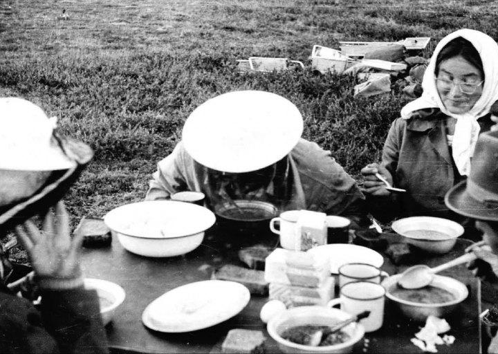 Обед с комариками. На пути к Ханмею. 1976 г.