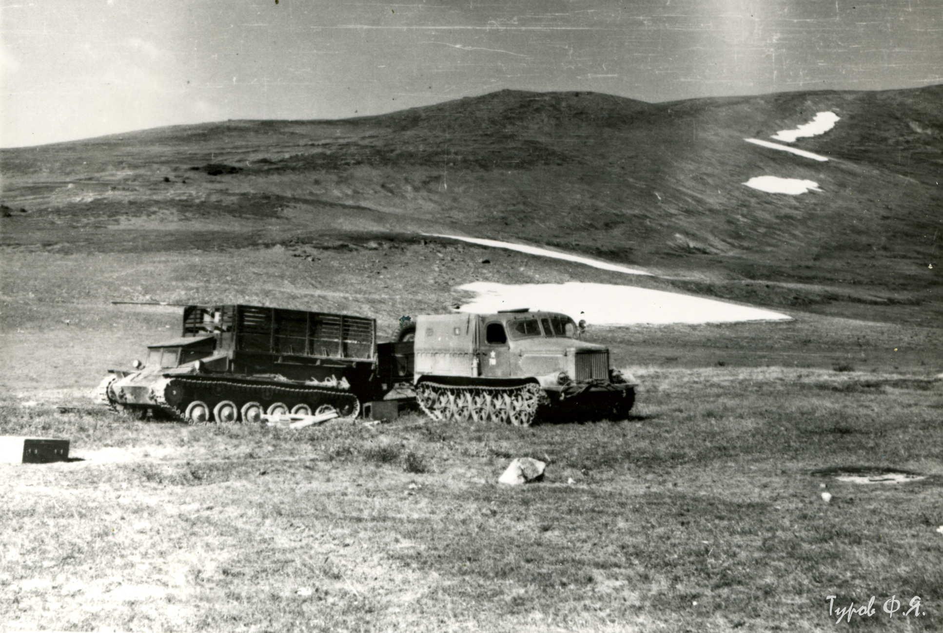 Погрузка САУ-76 и АТ-Л в 1961