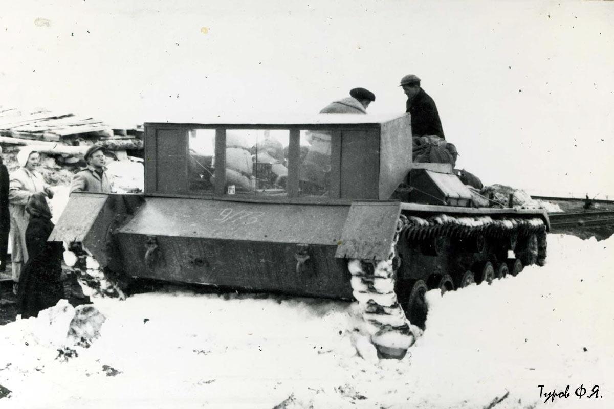 В тупике 106-го (110-й, Полярный) идет погрузка багажа вновь прибывших в САУ-76. 1961 год