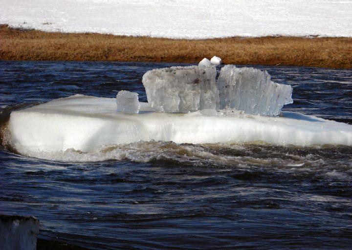 Бурение на Яринском участке. Ледоход на местной речке Оюяхе. 2011.