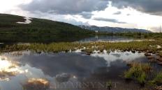 Тихий вечер на поселковом озере Полярный