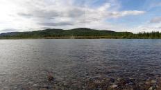 Река Танью при большой воде на переезде. Малый Урал. Элькошорское ПРП. В центре Третья Рудная Горка, правее Осеннее меднопорфировое рудопроявление