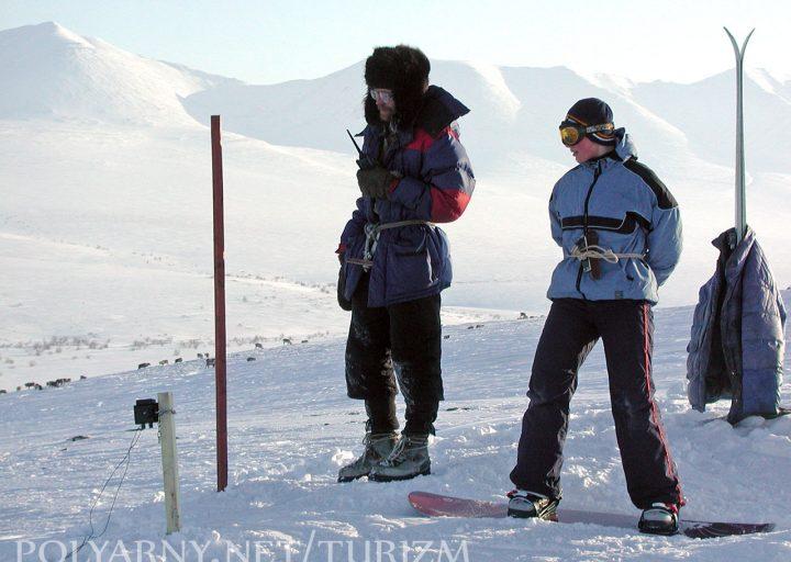 Сноубордист готовится к спуску