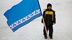 С флагом округа