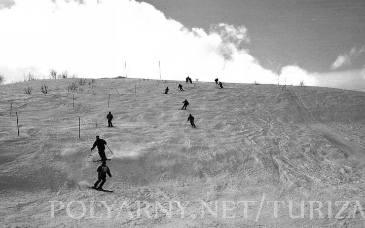 На склоне горнолыжники