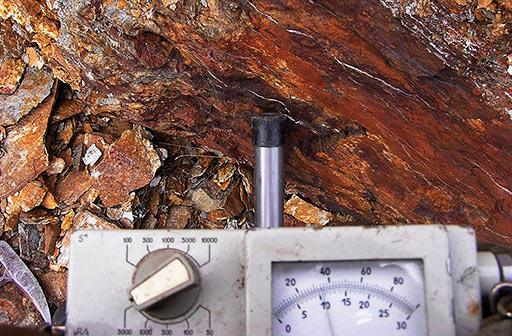 Показания полевого геологического радиометра на полярно-уральском рудопроявлении урана