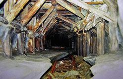 Откаточный штрек одного из очистных блоков Харбейского месторождения