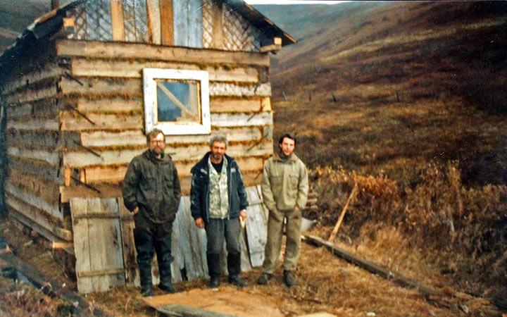 Баня им. 50-летия консервации Харбея и ее строители. Лагерь на ручье Кварцевый. Харбей, 2004