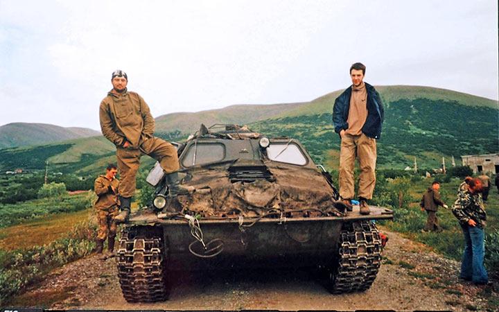 Бригада убыла на взрыв на безопасное расстояние от заряженной канавы. Харбей, 2004