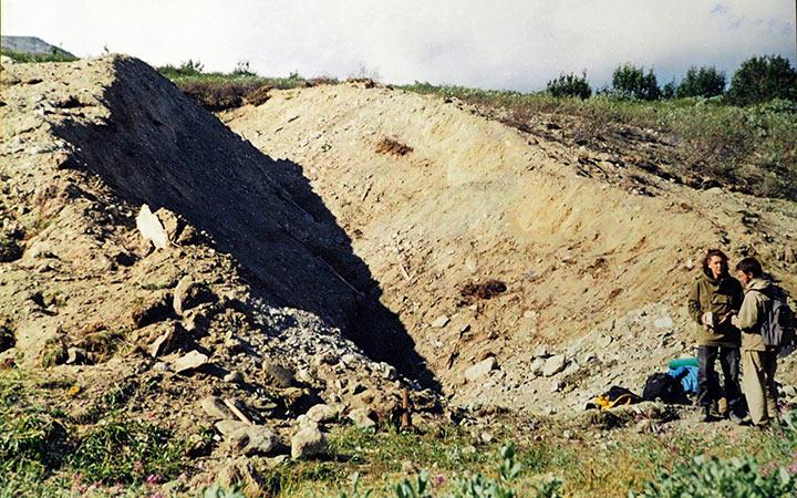 Канава на фланге Харбейского месторождения после зачистки достигала 7 метров. Харбей, 2004
