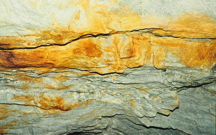 Кварц-молибденитовые прожилки и вкрапленность в кровле штольни №2. Харбей, 2004