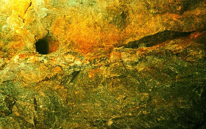 Кварц-сульфидный прожилок с мин. молибденита в штольне №2. Харбей, 2004