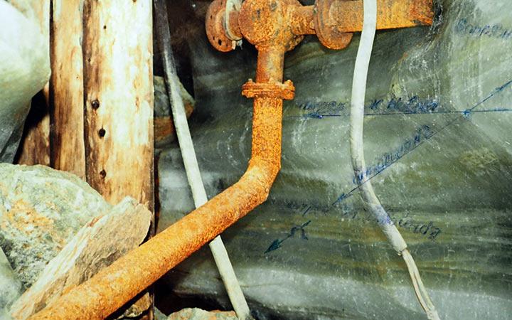 Магистраль сжатого воздуха к блоку 4 из штольни №2. Харбей, 2004