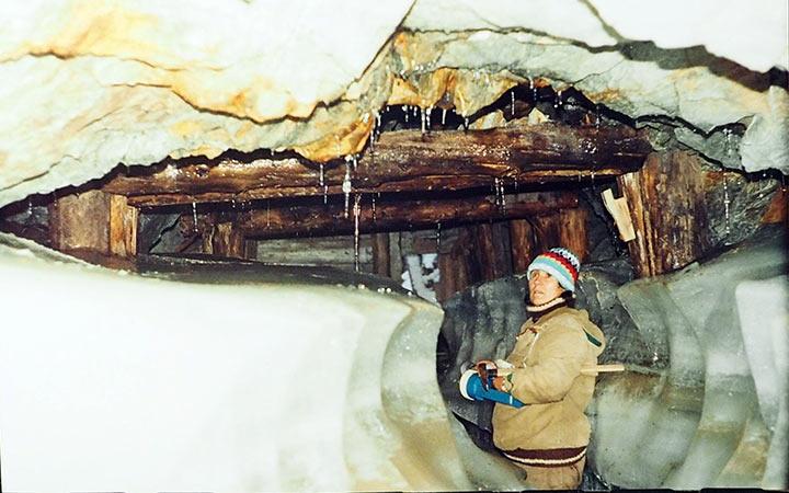 Н.Ковальчук в штольне №2 Харбейского месторождения молибдена. Харбей, 2004