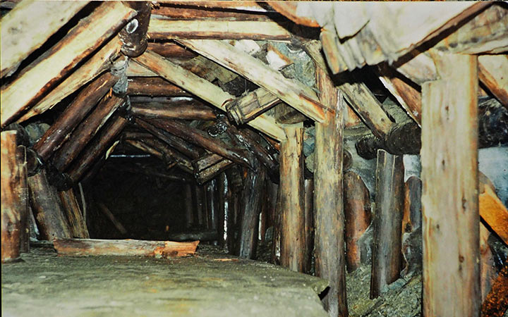 Направляющие лотки люков рудоспусков из очистного пространства блока 4 в штрек по жиле Новая. Харбей, 2004