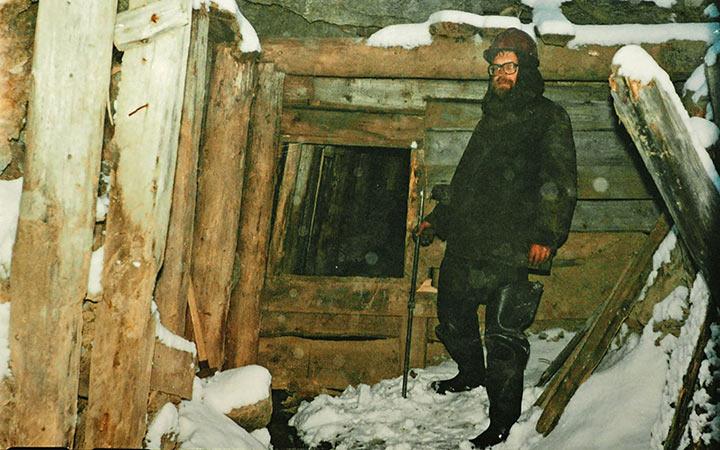 Устье штольни в 2004 было вновь перекрыто деревянной перегородкой с лазом. Харбей, осень 2004