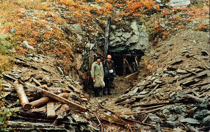 В.Дзюбак и И.Перминов у расчищенного портала штольни №2. Харбей, осень 2004