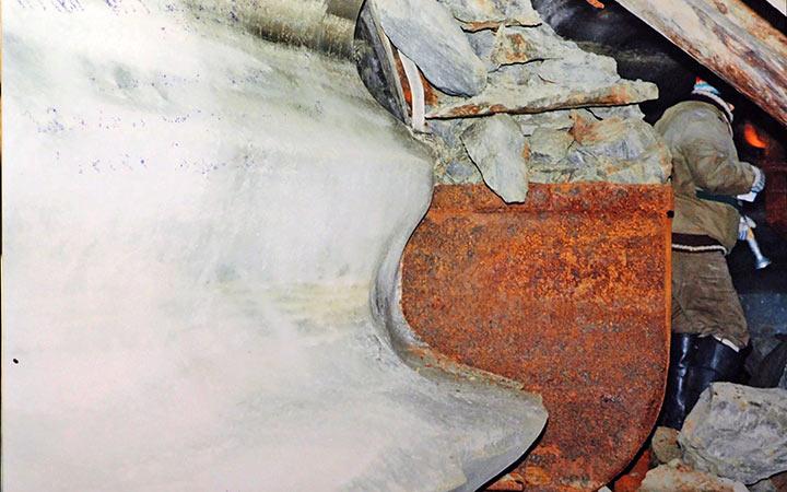 Вагонетка ВГ-08 под открытым люком рудоспуска у сочленения откаточного штрека со штольней №2. Харбей, 2004