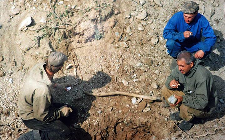 Зачистка полотна канавы. Перекур. Харбей, 2004