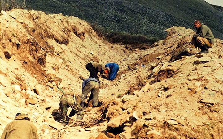 Зачистка полотна канавы после взрыва. Харбей, 2004