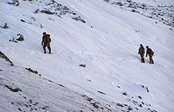 Вынос бороздовых проб. Длина тропы более 3 км через перевал. 25.10.2006