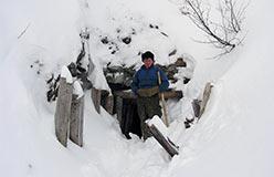 Ударник Коля Ёлгин у входа в подземный Харбей. 28.10.2006