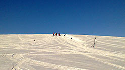 А наверху трос еще и свалился! Опять копают сноубордисты. 5 апреля 2015 г.