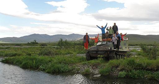 Группа байдарочников из Минска пересекает речку Яйю. 04.08.2015