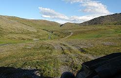 В долине под Хараматолоуским перевалом. Справа наверху участок Монталорский. 04.08.2015