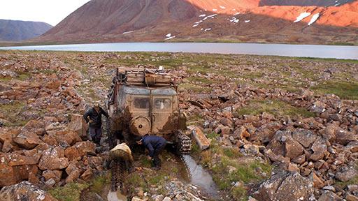 ГАЗ-71 преодолевает путь по берегу озера Большая Хойла. 07.08.2015