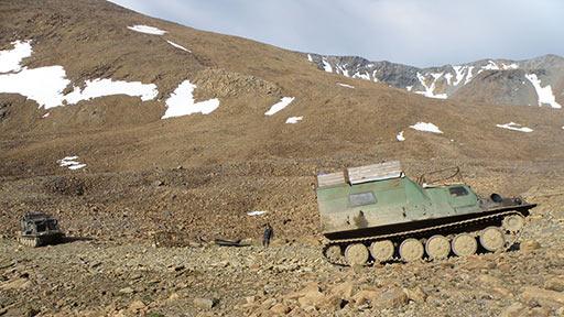 Конгорский перевал. На противоположном склоне - дорога и остатки кабины локатора П-35 ПВО страны 1978 года. 10.08.2015