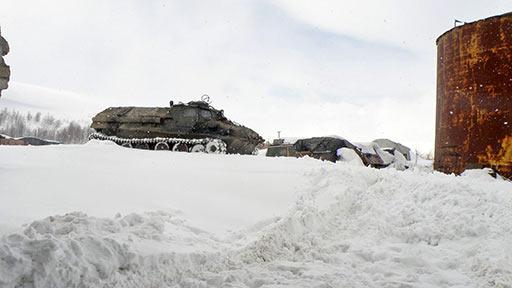 ГТ-Т цепляет бревна из снежной ямы