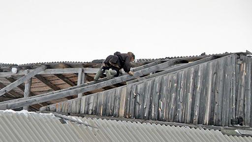 Ненцы-оленеводы разбирают крышу