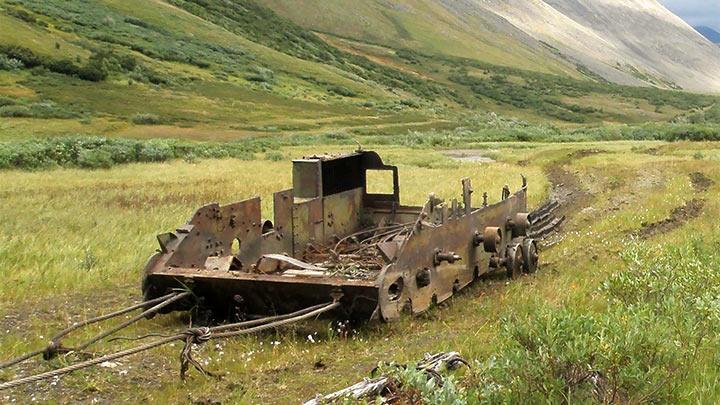 Вездеход из САУ-76 траспортируется на погрузку в п.Харп. Август 2017.