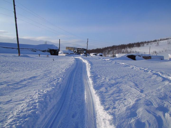Свежий проход снегохода после пурги