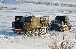 АТ-С-712 и ГАЗ-34038 в ожидании переезда