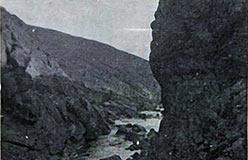 Начало ущелья в коренном перидотите (фото из отчета Бетехтина)