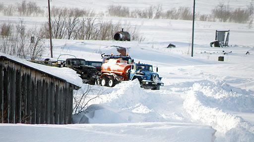 Колонна следует по снежной траншее на Воркуту. Полярный, 25 марта 2014