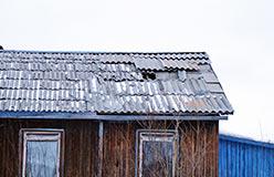Крыша пробита прилетевшим куском стропил. 8 ноября 2012