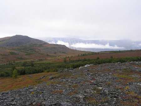 Облако висит над Красным Камнем в прорезавшей горы Соби, где была застава