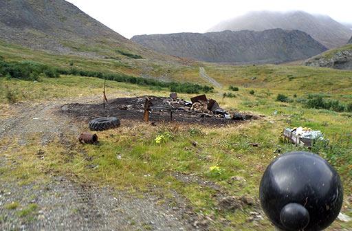 Пепелище на месте двух домиков, остававшихся от геологической базы на ручье Нырдвоменшор Западный. 11 августа 2012
