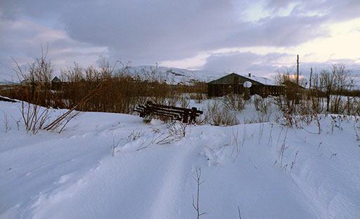 По пути CAT выцепил лопатой сани из снега и ушел в старицу, что была от ДЭС до тупика 110-го. 07.12.2012